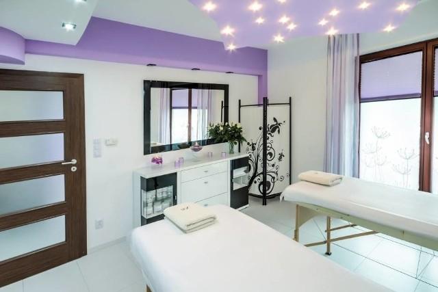 Współcześnie mnóstwo salonów kosmetycznych to miejsca z bogatą, kompleksową ofertą. Bardzo często w jednym miejscu możemy skorzystać zarówno z zabiegów pielęgnacyjnych na twarz, przedłużyć paznokcie, rzęsy, zrelaksować się podczas masażu czy zadbać o brwi.Poszukujesz kogoś, kto oferuje najlepsze usługi kosmetyczne? Oto TOP 7 salonów kosmetycznych w powiecie białobrzeskim według ocen zamieszczonych w wyszukiwarce Google. Prezentujemy salony z oceną wyższą niż 4,0.Sprawdź na kolejnych slajdach