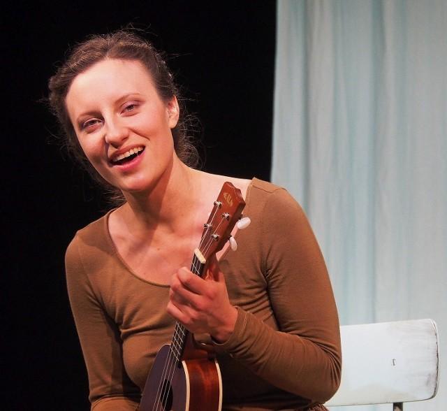 """Jedną z ról w """"Gardenii"""" gra Zofia Straczycka. Zdjęcie ze spektaklu dyplomowego """"Matki"""" z udziałem studentki z marca 2019 roku"""