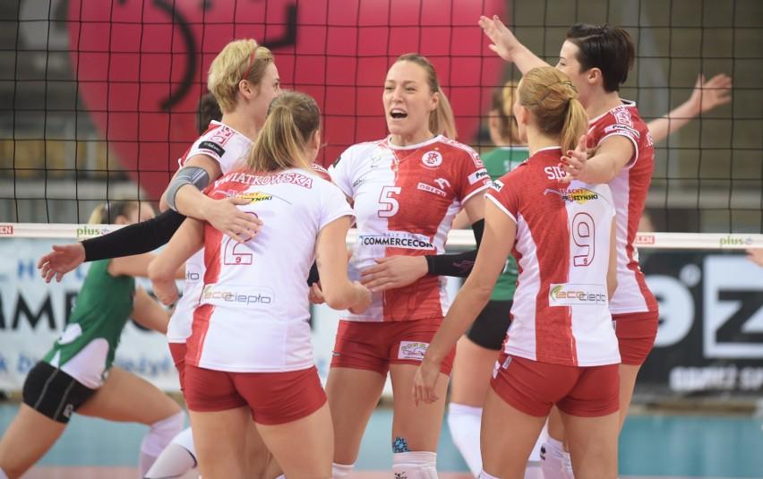 Katarina Osadchuk (w środku) będzie wzmocnieniem drużyny siatkarek ŁKS Commercecon