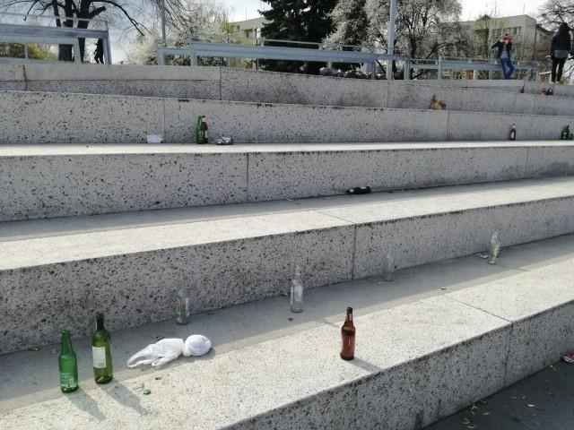 Niedzielny spacer po bulwarze Dunikowskiego – wszędzie leżały śmieci.