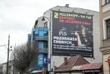 Kraków. Na kamienicy powieszono wielki baner ze słynnym gestem Lichockiej