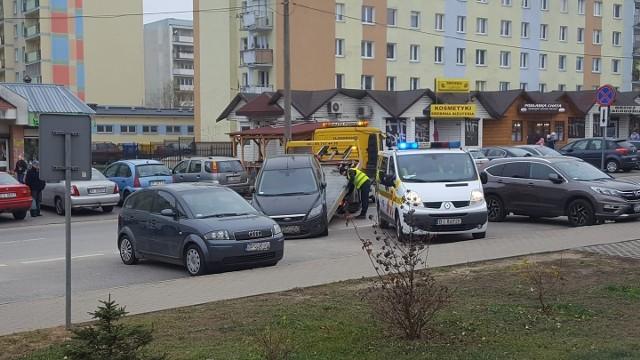 Straż miejska w Białymstoku odholowuje samochody, które parkują na tymczasowym przystanku autobusowym przy ul. Dubois