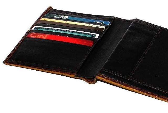Policja radzi: miejmy cały czas karty płatnicze i bankomatowe na oku. Zanim skorzystamy z bankomatu, sprawdźmy, czy nie ma on jakichś dodatkowych dziur, osłonek lub dodatkowego oświetlenia, bo może ono świadczyć, że została tam zamontowana kamera.