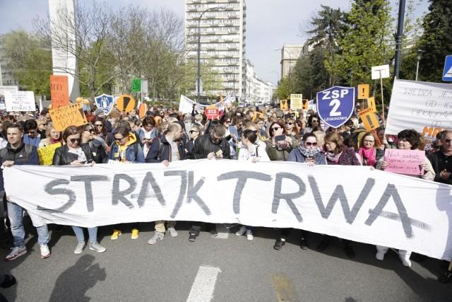 W kwietniowym strajku wzięli udział nauczyciele z około 15 tys. szkół. Mimo rozpoczęcia innej formy protestu w nowym roku szkolnym, lokalne oddziały ZNP chcą manifestować ósmego dnia każdego miesiąca