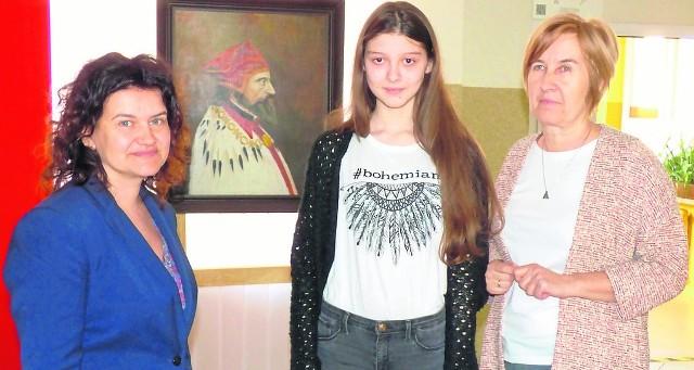 Aleksandra Sobczyk, uczennica Szkoły Podstawowej  w Skalbmierzu, jest jedyną laureatką  w tym roku, w naszym powiecie. Do konkursu przygotowały ją Anna Kwoka (z lewej) oraz Barbara Sobieraj.