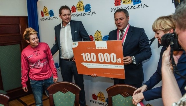 Takie trzy czeki od sponsorów przydałyby się koszykarkom Artego. Wtedy mogłyby wystartować w Eurolidze.