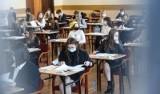 Oblali maturę lub wypadli słabo. Teraz sprawdzają swoje prace w Okręgowej Komisji Egzaminacyjnej w Krakowie