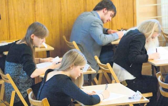 Od wtorku rusza próbna matura z Operonem. Co roku przystępuje do niej ok. osiemdziesiąt procent szkół. W tym roku szkolnym wszelkie próby są bardzo ważne, bo w maju maturzyści zmierzą się z egzaminem w nowej formule.