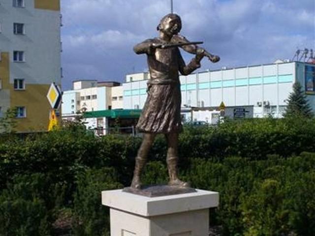 Oto jedna z 13 rzeźb, które stanęły na cokołach w kostrzyńskim parku miejskim.