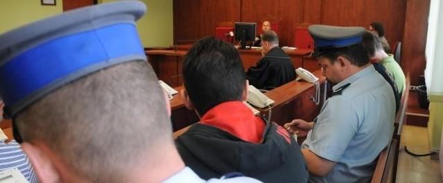 Ława oskarżonych w aferze lekarskiej. Wyrok słuchają tylko skazani za wręczanie lekarzom łapówek, bo lekarzy nie było na sali sądowej.