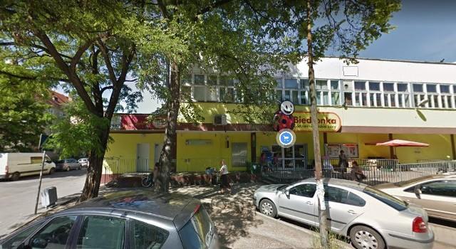 Agencja Mienia Wojskowego szuka najemców nieruchomości położonych na terenie całego Wrocławia. W ofercie są m.in. garaże, lokale użytkowe i biura. Do sprzedaży trafia także działka na Sołtysowicach.Zobacz na kolejnych slajdach, jakie nieruchomości oferuje wojsko - posługuj się myszką, klawiszami strzałek na klawiaturze lub gestami