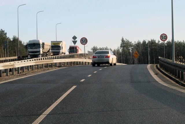 Drogi ekspresowe będą płatne? Nie wyklucza tego Ministerstwo Infrastruktury! Jak dowiedziała się Wirtualna Polska, system poboru opłat miałby objąć nie tylko autostrady, ale też drogi ekspresowe. Opłaty nie będą jednak pobierane na tzw. bramkach, lecz przy użyciu nowego systemu e-Toll. Już teraz wzbudza on wiele kontrowersji, ponieważ opierać się będzie na satelitarnym śledzeniu kierowców. Drogi ekspresowe dotychczas były darmowe. Kiedy ma to się zmienić? CZYTAJ DALEJ NA KOLEJNYCH SLAJDACH >>>POLECAMY TAKŻE:Taryfikator mandatów 2021. Tyle wynoszą teraz kary dla kierowcówNajwiększe absurdy drogowe w Toruniu
