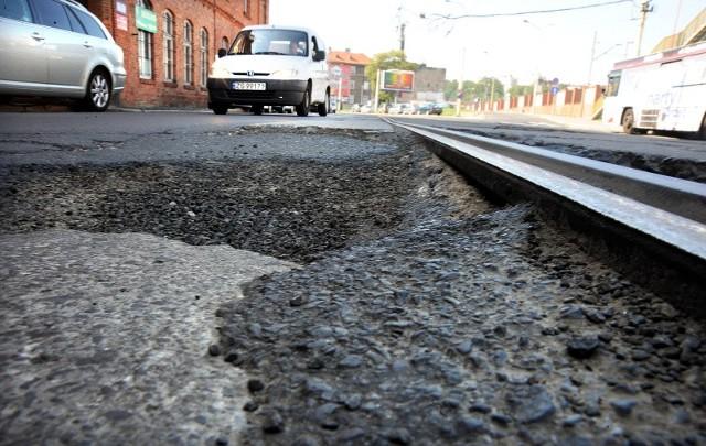 Tak duże dziury na ulicy Kolumba, jak ta na zdjęciu, to nie rzadkość. Czas, by miasto 64 lata po wojnie tę zaniedbaną ulicę dostrzegło.