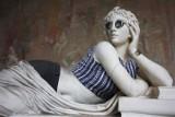 Starożytne rzeźby w hipsterskich ubraniach