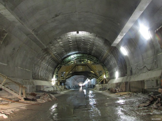 Budowa tunelu ekspresowej zakopianki w ciągu drogi ekspresowej S7. Drogowcy zabetonowali tu już cały tunel prawy.