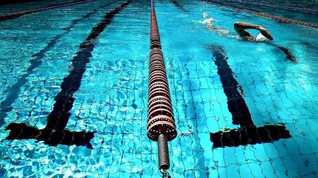 Wybierając miejsce do pływania często kierujemy się lokalizacją, ale też ceną. W ofercie basenów najczęściej występują bilety godzinne, chociaż w przypadku niektórych wejściówki możemy nabyć na cały dzień. W którym miejscu najbardziej opłaca się pływać?Zobacz ceny wrocławskich basenów sportowych na kolejnych slajdach - posługuj się myszką, klawiszami strzałek na klawiaturze lub gestami