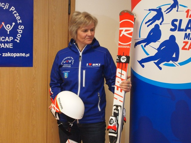 Małgorzata Tlałka-Długosz pokazuje narty i kask, które można wygrać