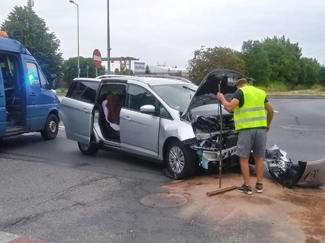 Do wypadku doszło w poniedziałek, 15 lipca, na rondzie Sybiraków w Gorzowie. Zderzyły się ford i toyota. Kobieta w ciąży, która jechała toyotą, została przewieziona do szpitala.Ze wstępnych ustaleń policji wynika, że kierujący fordem wjechał na rondo uderzając w prawidłowo jadącą toyotę. Na miejsce wypadku przyjechały służby ratunkowe. Kobieta w ciąży, która jechał toyotą, została zabrana do szpitala. Na miejscu wypadku są gorzowscy policjanci, którzy ustalają dokładny przebieg oraz okoliczności zderzenia samochodów.Zobacz wideo: Jak udzielać pierwszej pomocy ofiarom wypadków