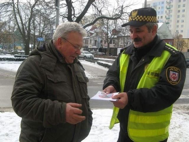 kominUlotkę, Wiesław Paździerski ze Straży Miejskiej, wręczył m.in. Ryszardowi Bąbie. Można się z niej dowiedzieć m.in. tego, że spalanie odpadów powoduje powstawanie związków rakotwórczych.