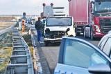 Wypadek busa na AOW. Jedna osoba nie żyje, cztery są ranne [ZDJĘCIA]