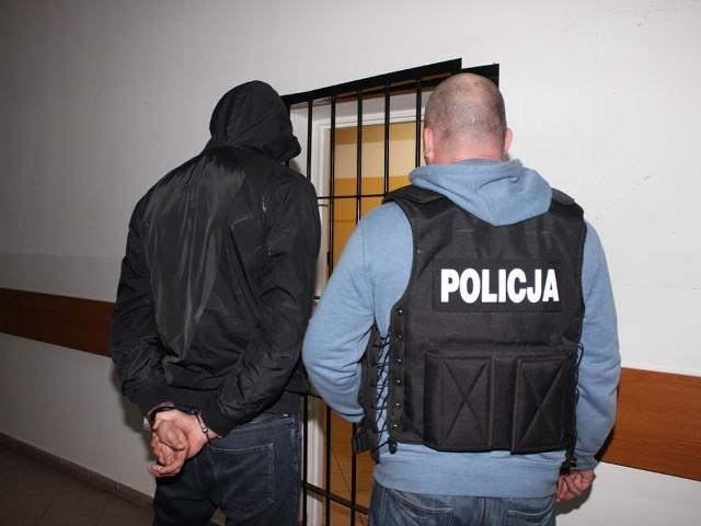 Przestępcę policjanci zatrzymali podczas kontroli drogowej