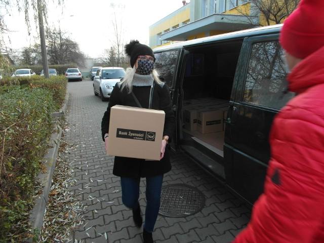 """Stowarzyszenie """"Nasza Trójka"""" przygotowała dla seniorów z Michałowa 30 paczek świątecznych. W akcji pomógł Radomski Bank Żywności."""