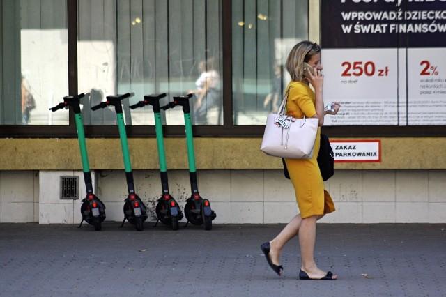 Dane statystyczne (cz. 1)75-85 proc. przejazdów odbywa się w od poniedziałku do piątku. Użytkowniczki i użytkownicy przemieszczają się najczęściej do centrum miasta, parkując hulajnogi w okolicach przystanków transportu miejskiego (40 proc.).źródło: bolt.eu