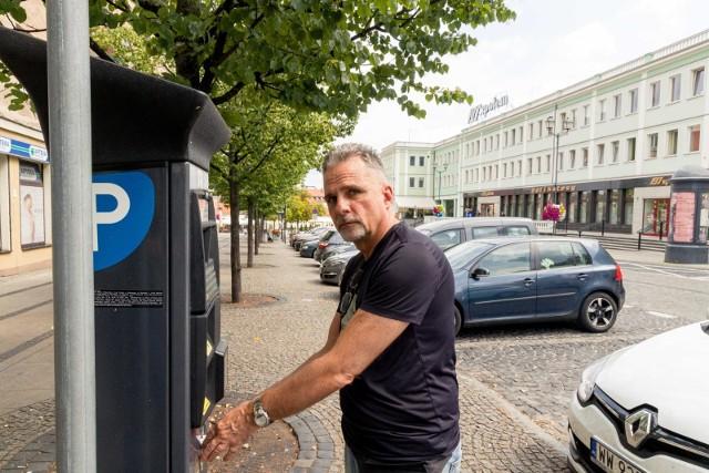 10 zł za godzinę? Przecież to chore. Jeśli ktoś chce ograniczyć liczbę aut w centrum to niech wprowadza darmową komunikację miejską - mówi Jan Wojtun.