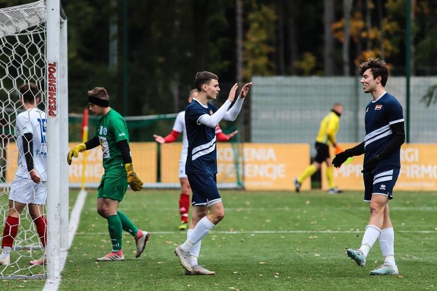 Hetman Białystok (ciemniejsze stroje) wygrał trzeci mecz z...