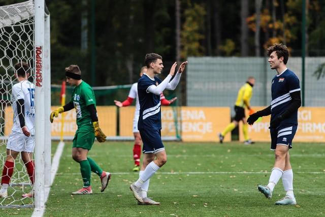 Hetman Białystok (ciemniejsze stroje) wygrał trzeci mecz z rzędu bez straty gola