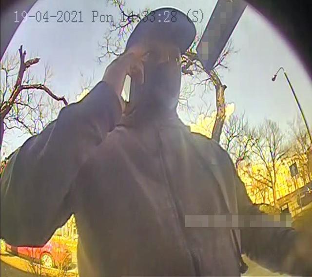 Policja w Bydgoszczy prosi o pomoc w identyfikacji mężczyzny widocznego na zdjęciach. Mężczyzna udając znajomego na portalu społecznościowym prosił o kody BLIK, a potem wypłacał pieniądze