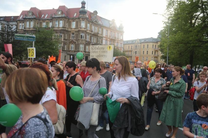 Pikieta nauczycieli ze Szczecina przed urzędem wojewódzkim. ZNP chce przypomnieć swoje postulaty