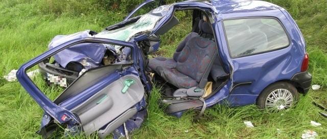 Kierowca renault twingo ma 62 lata. Trzeba było go wycinać z auta.