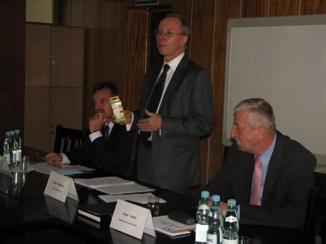 Wojewoda przywiózł prezent: żarówki energooszczędne, jako zachętę do ich wymiany w urzędach gmin