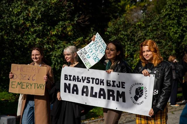 Aktywiści z Młodzieżowego Strajku Klimatycznego protestowali dzisiaj (24 września) na Placu im. Piłsudskiego w Białymstoku.