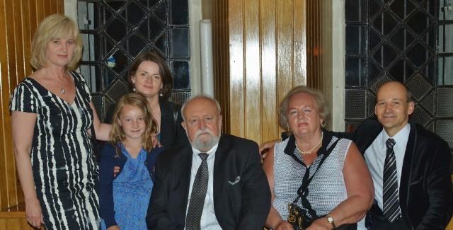Zdjęcie zostało wykonane w zakrystii bazyliki w Mikołowie, po koncercie, o którym autor pisze w tekście. Na fotografii, oprócz kompozytora, są: jego siostra Barbara, autor tekstu oraz jego siostry Dorota i Monika, a także Kasia (córka Moniki)