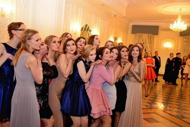 Pierwsze bale maturalne w Polsce już się odbyły. Ale prawdziwe studniówkowe szaleństwo przed nami. W Białymstoku rozpocznie się 12 stycznia, kiedy to poloneza zatańczą uczniowie XIV LO w Białymstoku.
