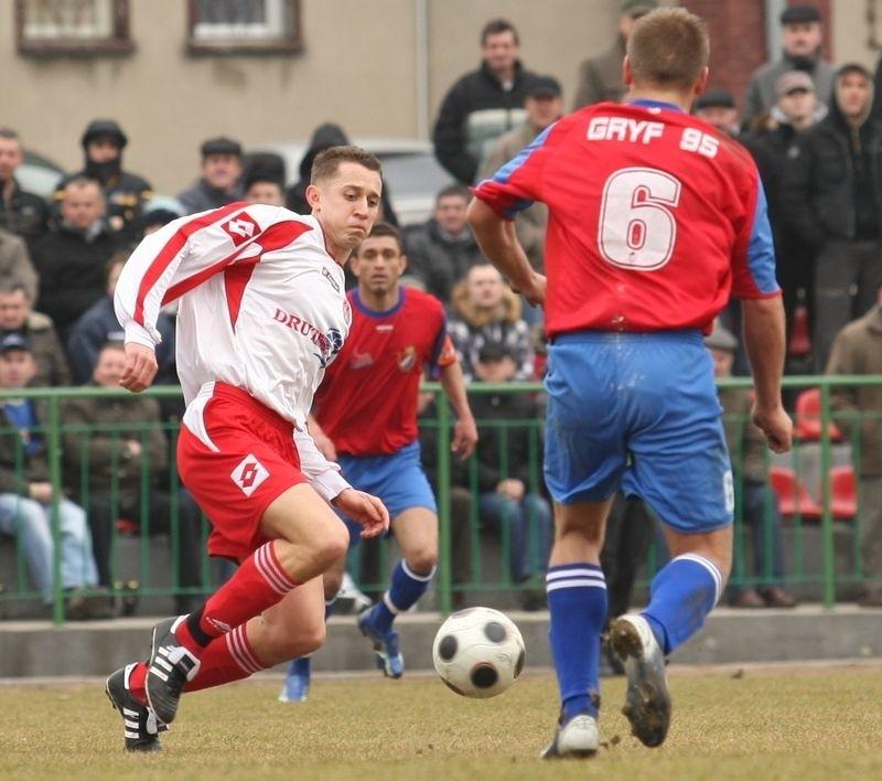 Tomasz Ciemniewski (z lewej)doprowadził do remisu w Pucku.