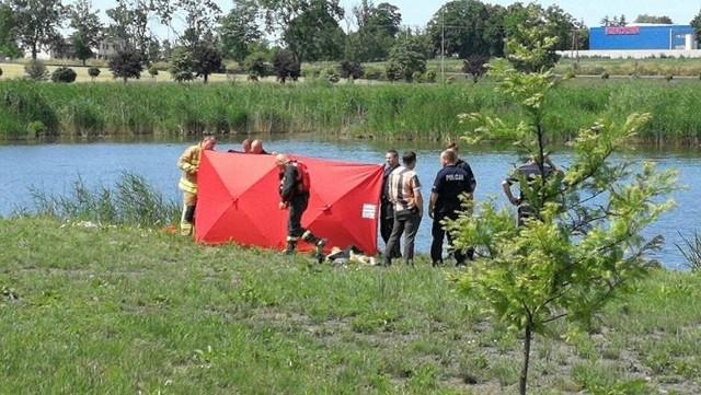 Wysłane na miejsce służby ratownicze, w tym strażacy, po kilkudziesięciu minutach odnaleźli mężczyznę około 6 metrów od brzegu