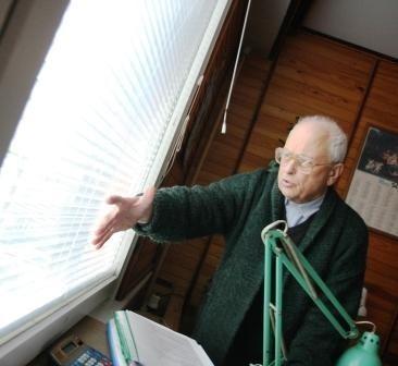 - Między szybami zbiera się woda, która później zamarza - tłumaczy Wacław Szakacz. - Na oknie pojawia się szron, a w pokoju robi się zimno.