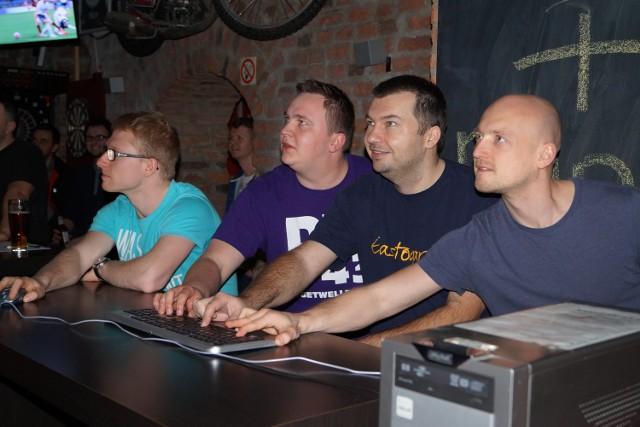 zawodnicy podczas gry w klubie sportowym Liga Sport Club