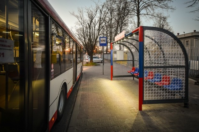 Wiaty autobusowe stylizowane na piłkarskie bramki przy stadionie Rakowa CzęstochowaZobacz kolejne zdjęcia. Przesuwaj zdjęcia w prawo - naciśnij strzałkę lub przycisk NASTĘPNE