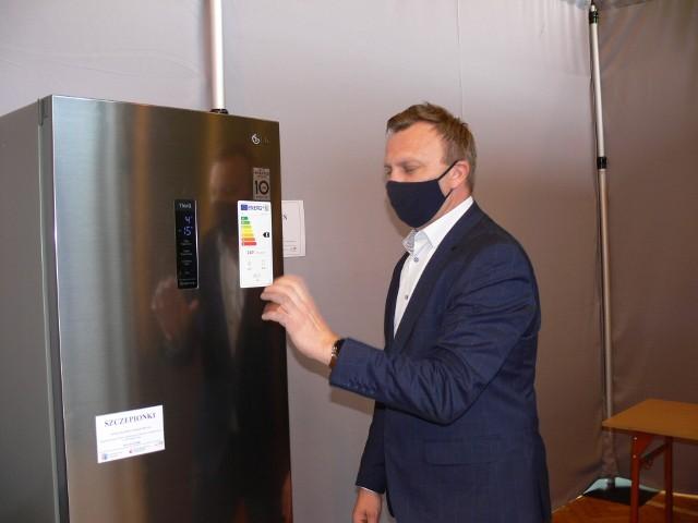W punkcie  pojawiła się także lodówka, w której w temperaturze  minus 15 stopni będą przetrzymywane szczepionki. na zdjęciu starosta Marcin Piwnik.