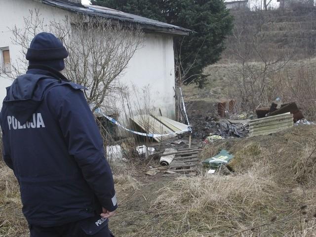 Zwłoki znaleziono na terenie ogródków działkowych.