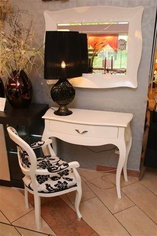 Biel i czerń, a wszystko lśniące, w tak modnym obecnie w Mediolanie stylu glamour. Najnowsze kolekcje dopiero co trafiły do kieleckiej galerii Ambiente. Fot. D. Łukasik