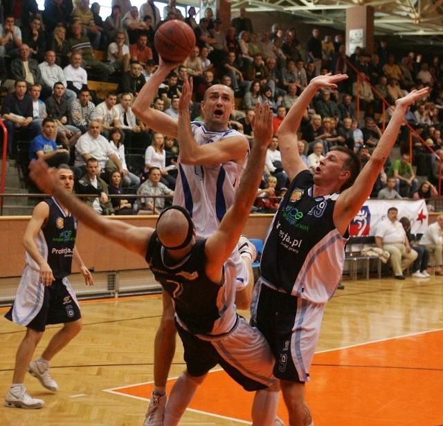 Łukasz Biela (z piłką) zamiast grać w przyszłym sezonie nadal w AZS Radex Szczecin, wybrał występy w lidze francuskiej.
