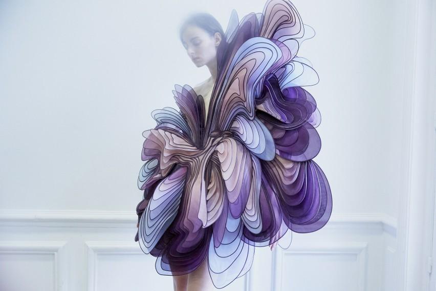 """Wystawa """"Alchemic Couture"""" Iris van Herpen to zdecydowanie..."""