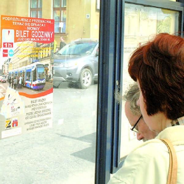 O nowych - godzinnych - biletach MZK informuje za pomocą plakatów na wiatach
