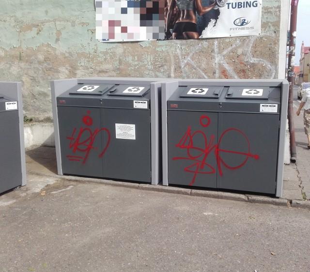 Wandale niszczą pojemniki na śmieci w Drezdenku.
