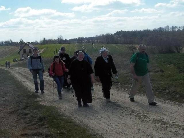 """Pielgrzymi podczas pierwszego etapu """"Niedzielnego pielgrzymowania Drogą św. Jakuba Via Regia"""" z Przemyśla do Rokietnicy."""